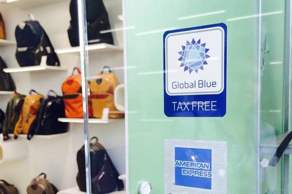 Наклейка tax free в магазине Барселоны
