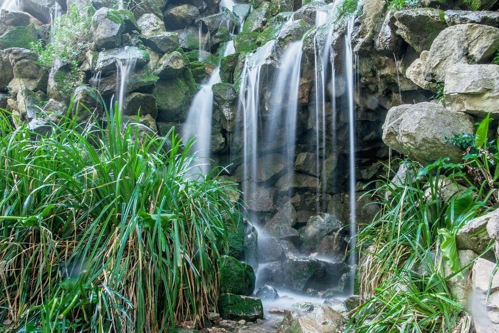 Водопад в романтическом саду