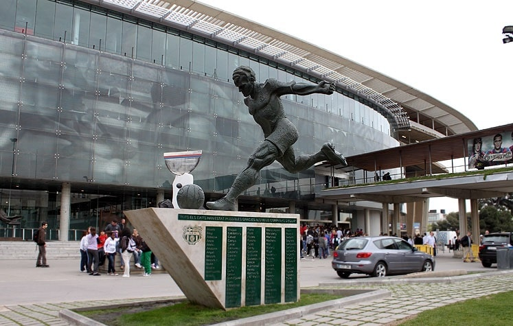 Скульптура футболиста рядом со стадионом