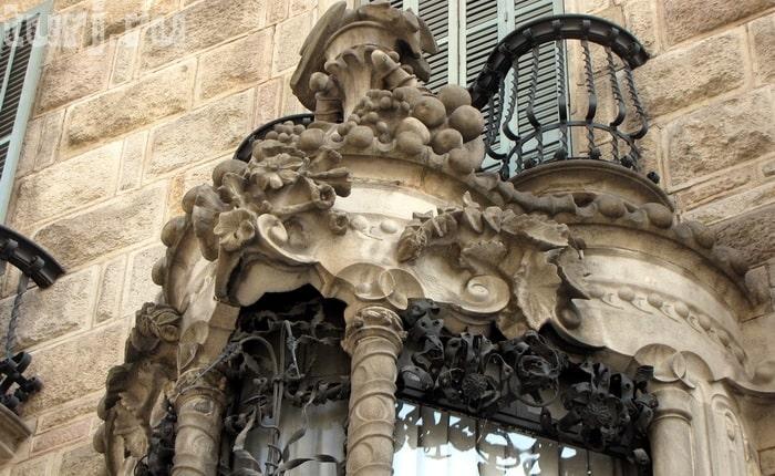 Грибы на фасаде Casa Calvet