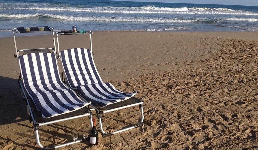 Пустой пляж в Испании